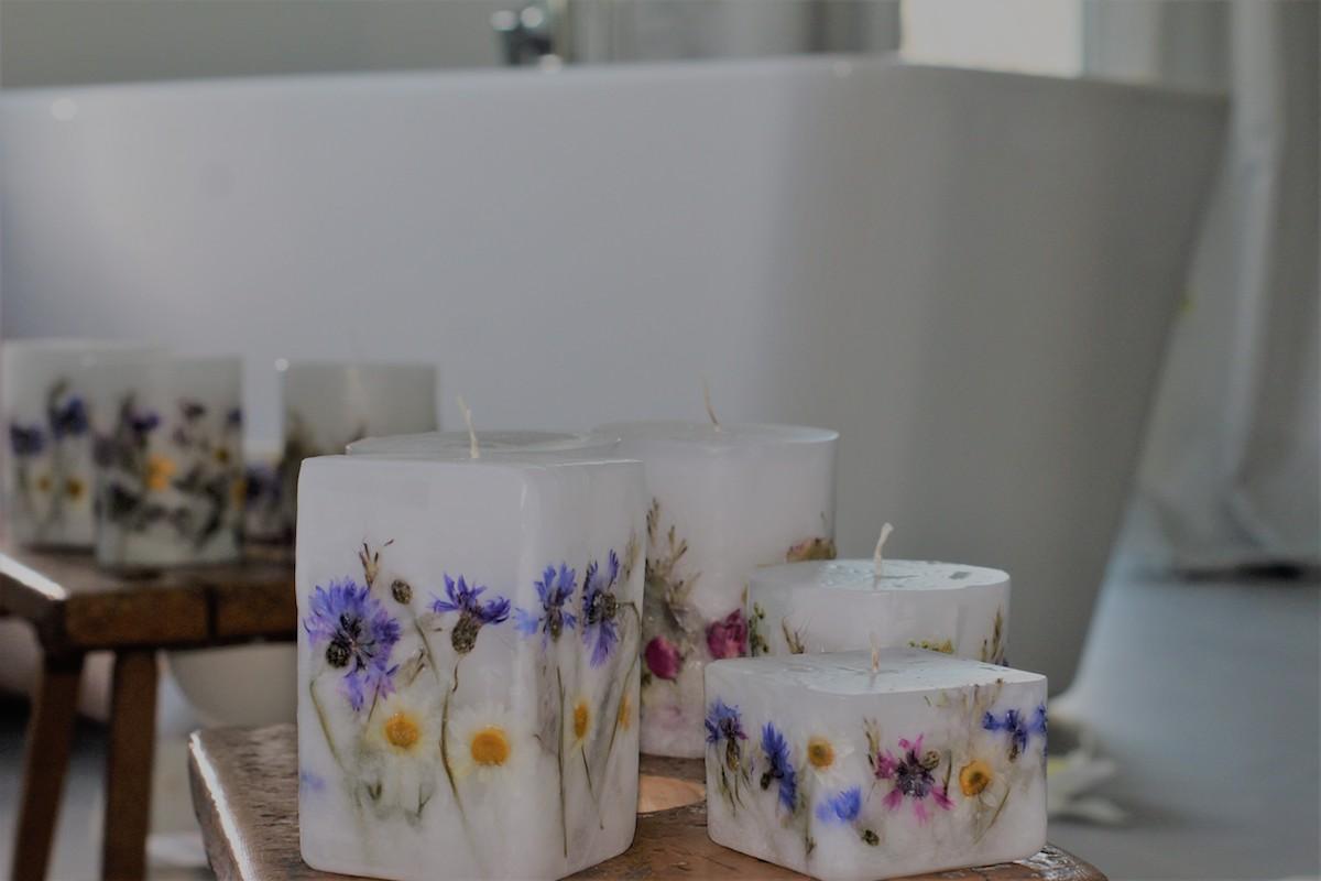 świece ręcznie robione z kwiatami