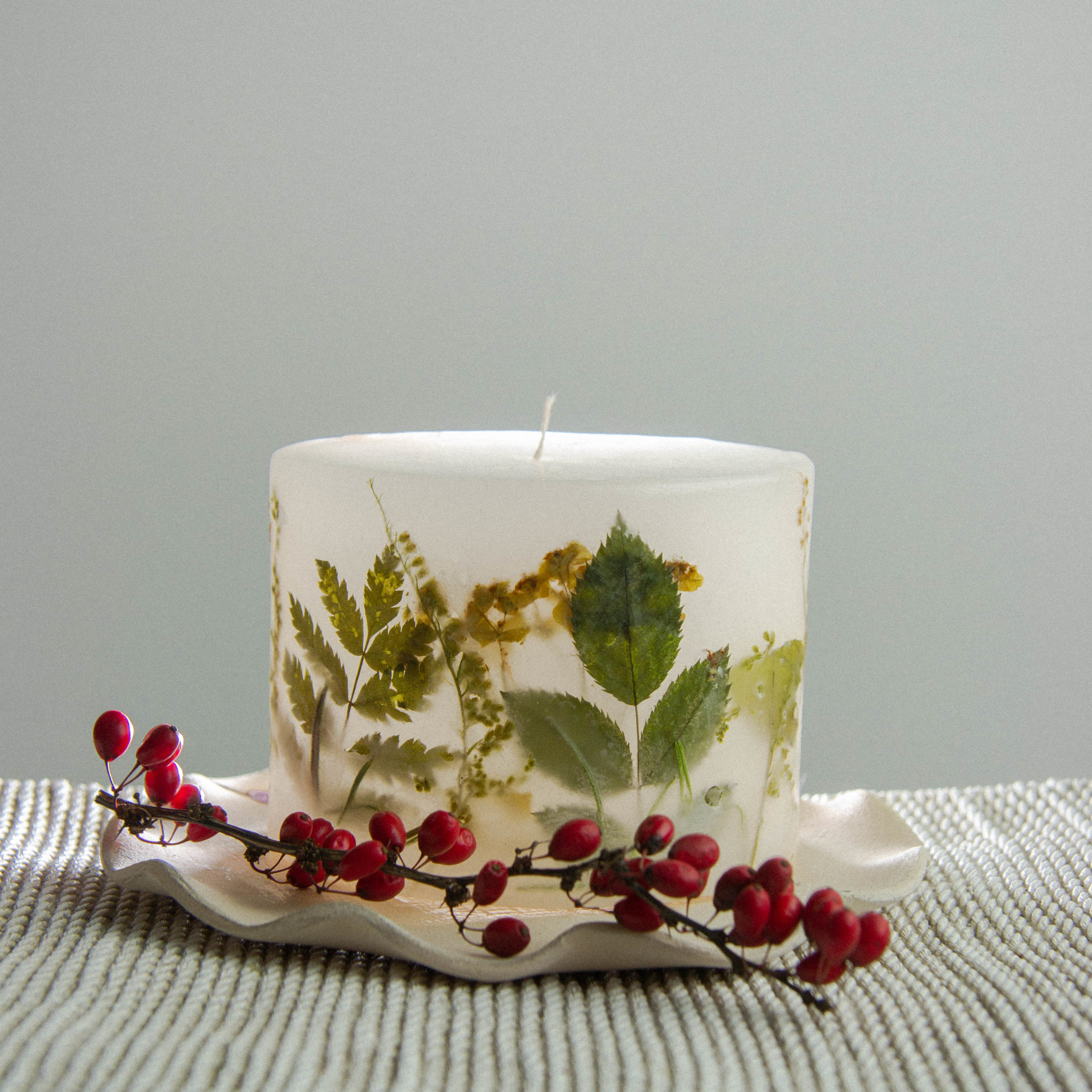 świece z motywami roślinnymi